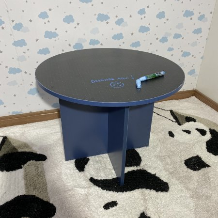 Mesa de atividades infantil azul redonda com black dots