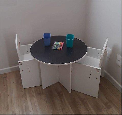 Combo Dri - mesa redonda tampo lousa negra +  duas cadeiras brancas com regulagem de altura  + 2 portas lápis + combo canetinha liqui giz 6 unidades