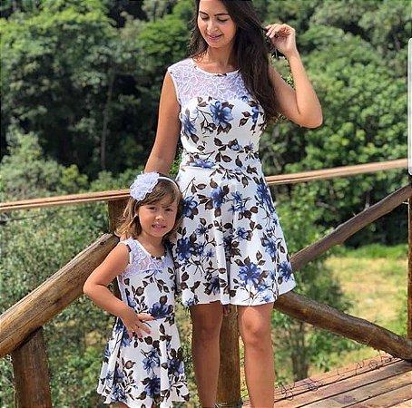 Vestido azul floral mae e filha