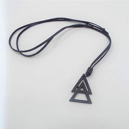 Colar Masculino em Camurça Regulável Triangulo Metal Zamak