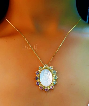 Colar Mandala Oval Nossa Senhora com Zircônia Colorida e Madrepérola Banhado em Ouro18k