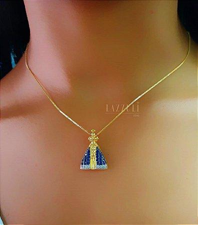 Colar Nossa Senhora 2.5 / 1.8 cm Micro Zircônias Azul e Cristais Banhado em Ouro18k