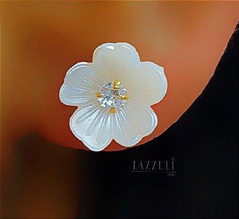 Brinco Mini Flor Madrepérola com Ponto de Luz Banhado em Ouro18k