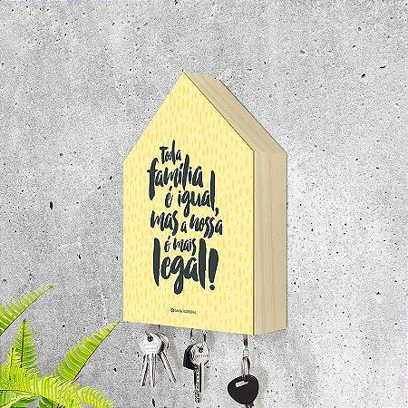"""Porta-chaves Casa: """"Toda família é igual, mas a nossa é mais legal!"""""""