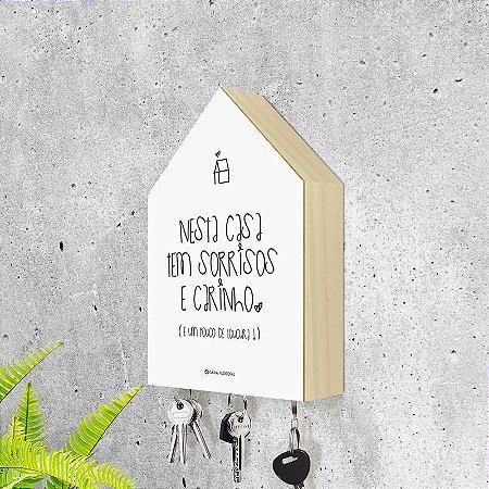 """Porta-chaves Casa: """"Nesta casa tem sorrisos e carinho..."""""""