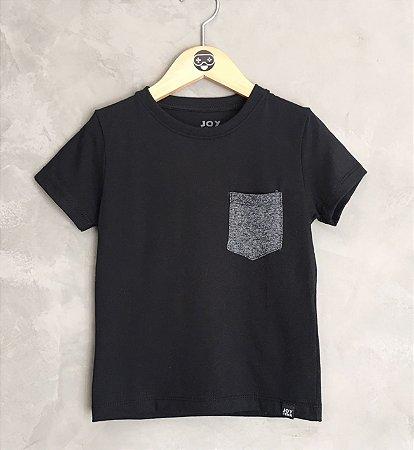 Camiseta lisa com bolso chumbo - preta