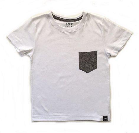 Camiseta branca - bolso cinza mescla