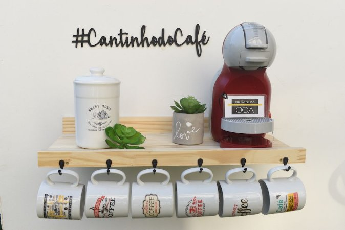 Prateleira para máquina de café Pinus com Ganchos pretos + letterig