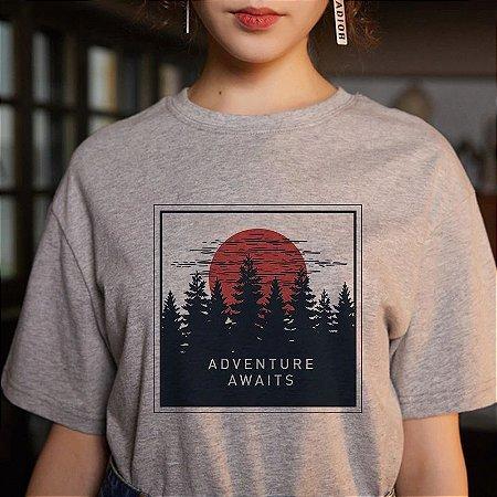 Camiseta ADVENTURE AWAITS - Várias Estampas