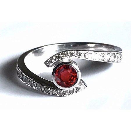 Anel em Ouro Branco 18K e Diamantes com Rubi