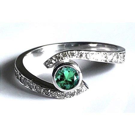 Anel em Ouro Branco 18K e Diamantes com Esmeralda