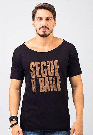 Camiseta Gola Canoa Preta Segue o Baile