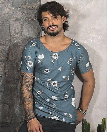 Camiseta Gola Canoa Azul Folhas Brancas
