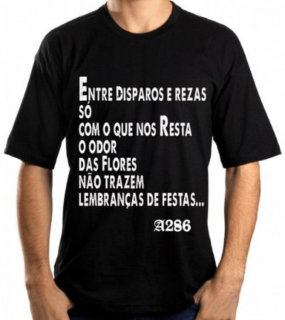 Camiseta, frase: Entre disparos e rezas só com...