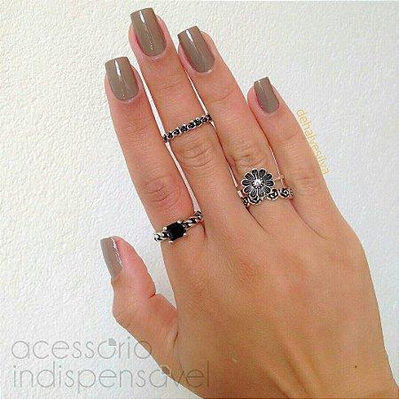 Kit Com 4 Anéis Flores e Pedra Quadrada Cristal Preto