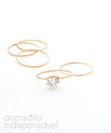 Kit com 4 Anéis Dourados Skinny e 1 Anel Solitário de Coração.