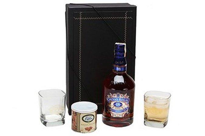 Whisky Chivas Regal 18 Anos 750ml com Copos e Castanhas
