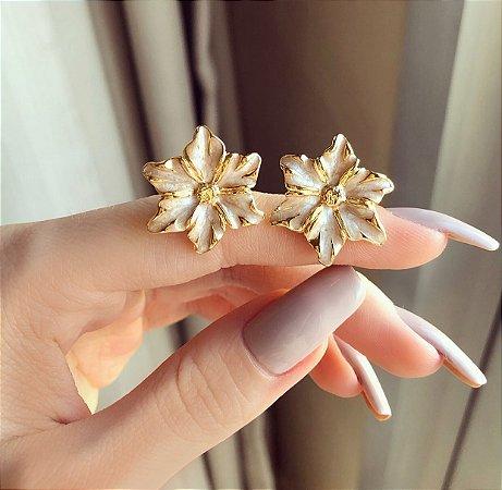 Brinco Flor Esmaltada Marfim Pérolado Dourado