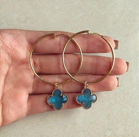 Argola Média Pingente Flor de Acrílico de Azul Topázio Dourado