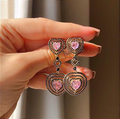 Brinco Tulum Cravação Micro Zircônias Negra/Coração Zircônia Safira Rosa Dourado