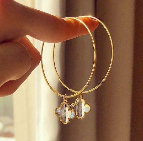 Argola Pingente Flor de Acrílico Transparente Dourado