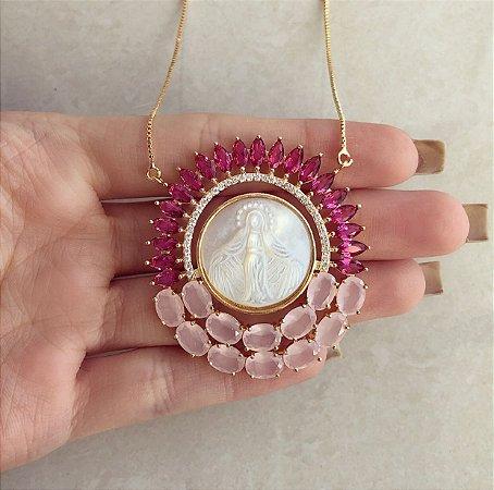 Corrente Mandala Luxuosa de Nossa Senhora na Madre Pérola com Navetes de Zircônias Pink e Zircônias Leitosa de Safira Rosa Dourado