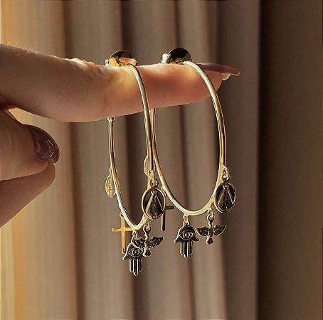 Argola Fina Pingentes (Mão de Hamsa, Espírito Santo, Nossa Senhora, Cruz e Búzios) Dourado