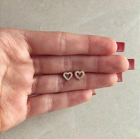 Brinco Coração Pequeno Vazado com Cristais Diamond Dourado