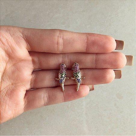 Brinco Pássaro Cravação Zircônias Diamond, Rosa, Verde Esmeralda e Azul No Dourado
