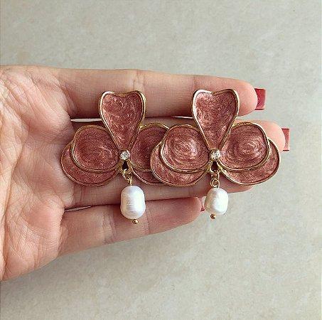 Maxi Brinco Flor Esmaltada de Rosé com Ponto de Zircônia Diamond e Pérola De Água Doce Natural Dourado