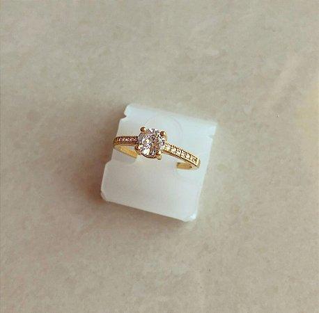 Anel Solitário Luxo Cravação Micro e Maxi Zircônias Diamond Dourado