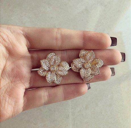 Brinco Maxi Flor Luxuosa Cravação Mil Zircônias Diamond Dourado