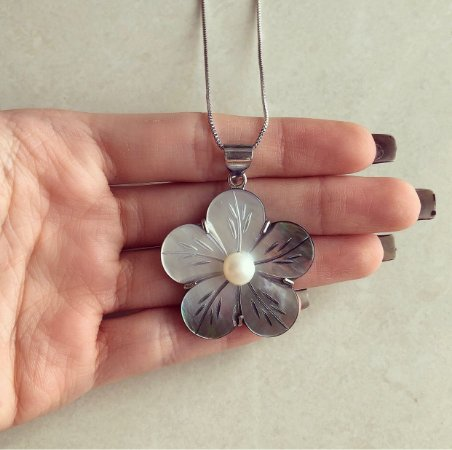 Colar Longo Flor na Madre Pérola com Miolo de Pérola No Ródio Branco