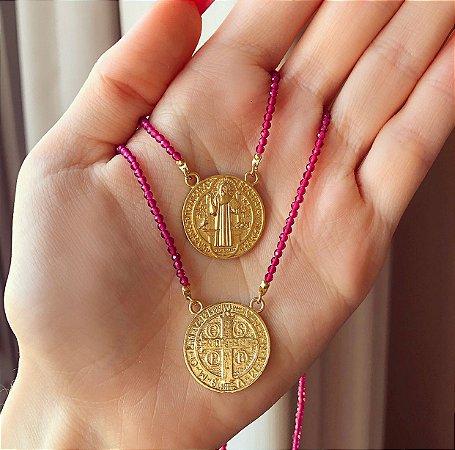 Escapulário de São Bento com Corrente de Pedras Safira Rosa Pink Dourado
