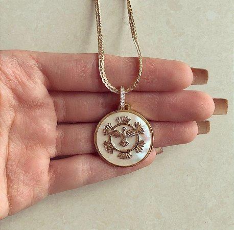 Corrente Grossa com Espírito Santo na Madre Pérola e Detalhes de Zircônias Diamond Dourado
