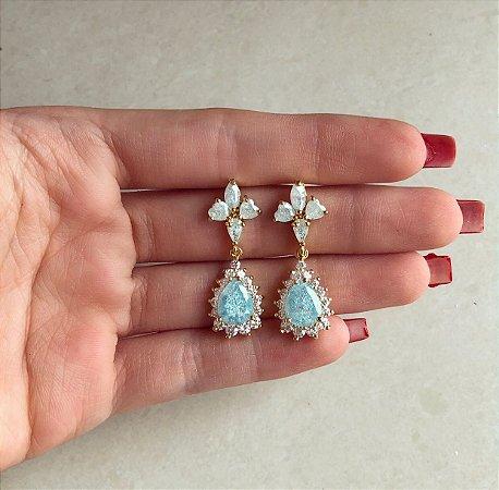 Brinco Bahamas Cravação Pedras Fusion Azul Claro e Zircônias Diamond Dourado