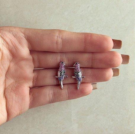 Brinco Pássaro Cravação Zircônias Diamond, Rosa, Verde Esmeralda e Azul no Ródio Branco