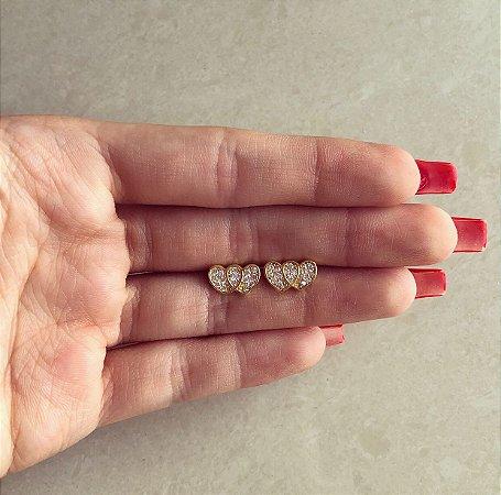 Brinco Delicado Coração Duplo com Zircônias Diamond Dourado
