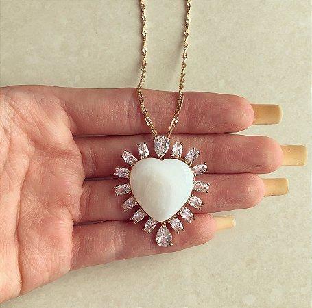 Corrente Torcida com Maxi Coração de Madre Pérola com Zircônias Diamond Dourado
