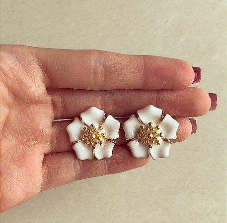 Maxi Brinco Flor Esmaltada Branco no Dourado