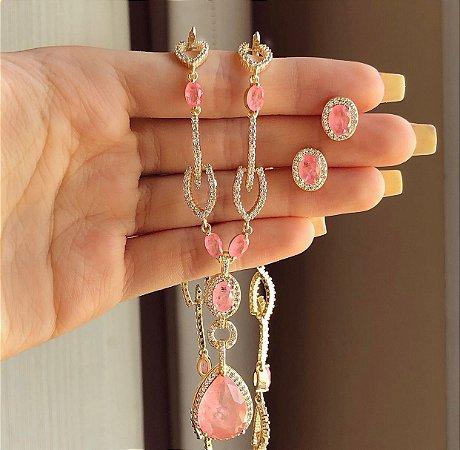 Conjunto Luxuoso Princesa Cravação Pedra Fusion Safira Rosa e Mil Zircônias Diamond Dourado