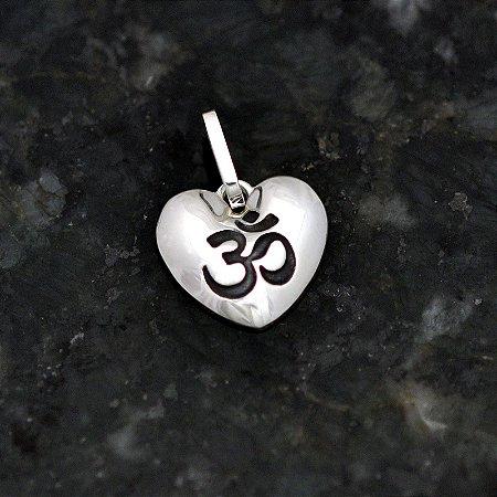 """Pingente """"om"""" no coração em prata 950k"""