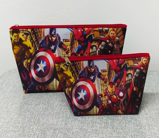 2 Necessaire personalizadas de heróis ,1 grande e 1 média ,material impermeável ,em vários personagens á escolher
