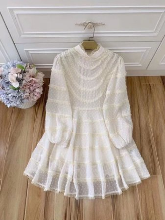 Vestido branco poá manga bufante decote maid