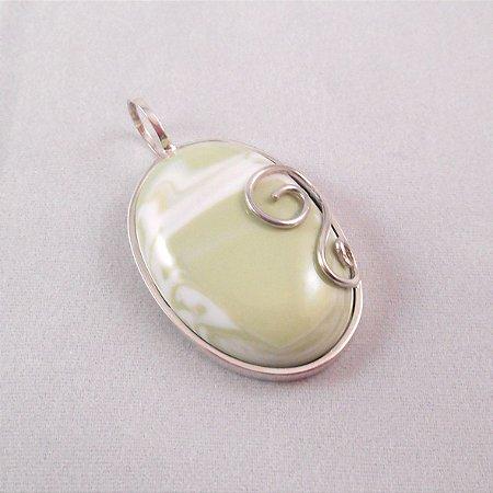 Pingente em Prata 950, com gema verde em vitrocerâmica.