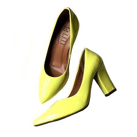 Scarpin verniz amarelo narciso - salto confort