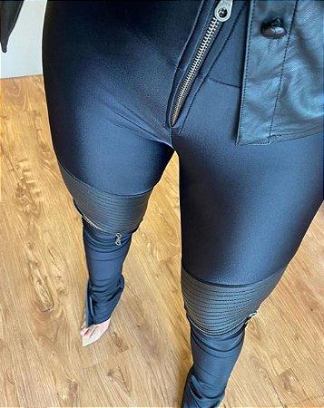 Calça Skinny Egito - Detalhes Frontais em Courino - Malha Nobre Legítima - Zíper na Altura do Joelho - Zíper no Cós e Barras - Bolso Traseiro - Preta
