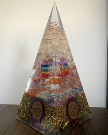 Peça Única - Orgonite Pirâmide Gigante 7 chakras - 29x13cm
