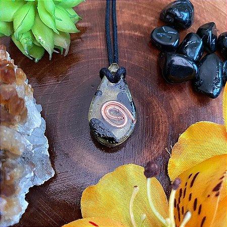 Pingente mini gota 3x1,5 cm - com turmalina negra - para afastar energias negativas e pessoas tóxicas
