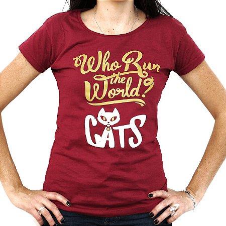 Camiseta feminina Who Run the World? bordô